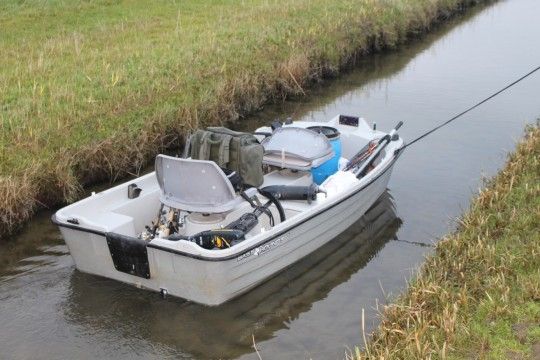 De plek waar we vissen is lastig te bereiken. We verzinnen een plan om de spullen alsnog makkelijk op de plas te krijgen.